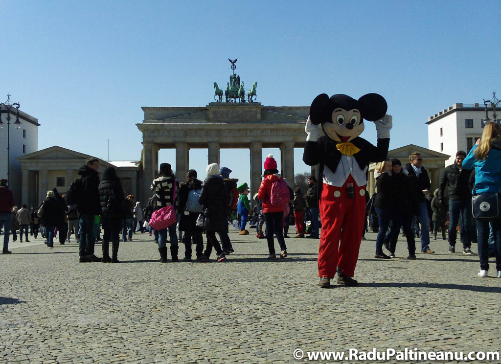 Cu Mickey Mouse în fața porții Brandenburg.