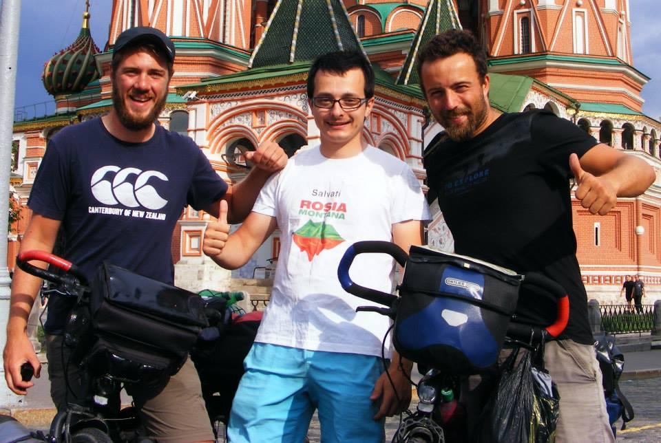 În Piaţa Roşie, Moscova cu alţi doi cicloturişti francezi care fac turul lumii pe bicicletă.