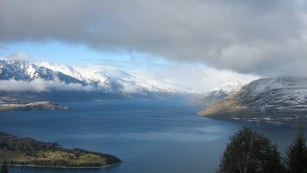 Peisajul din Queenstown cu lacul Wakatipu.