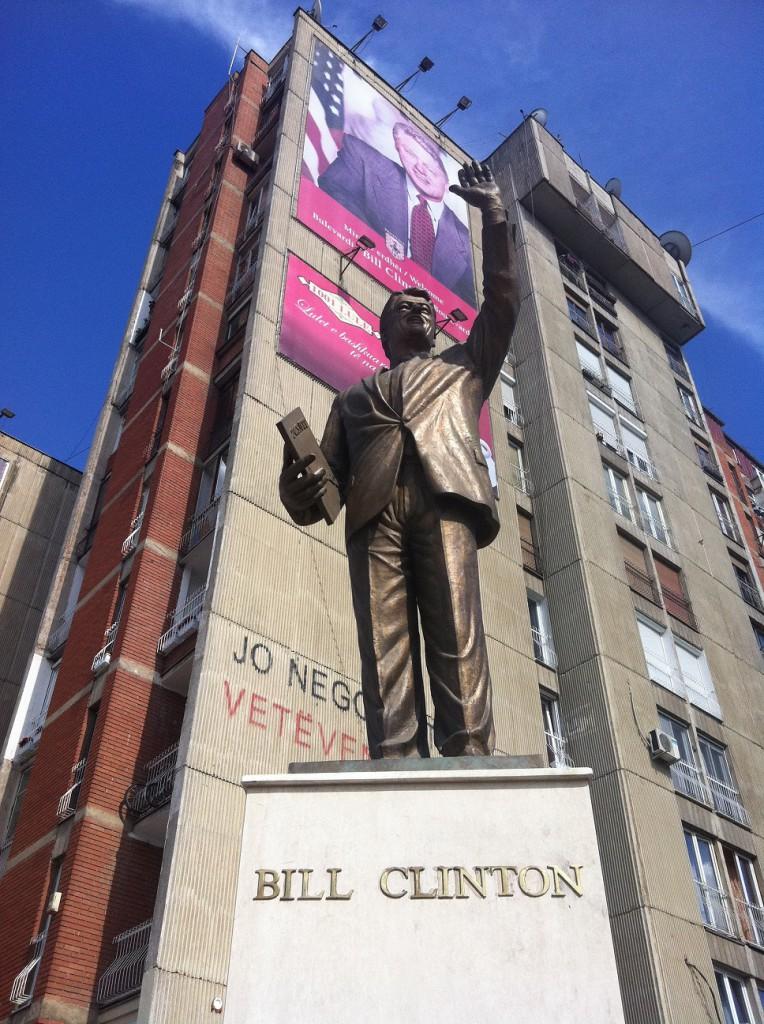 Statuia lui Bill Clinton din centrul Priștinei (Sursa: http://stophavingaboringlife.com)