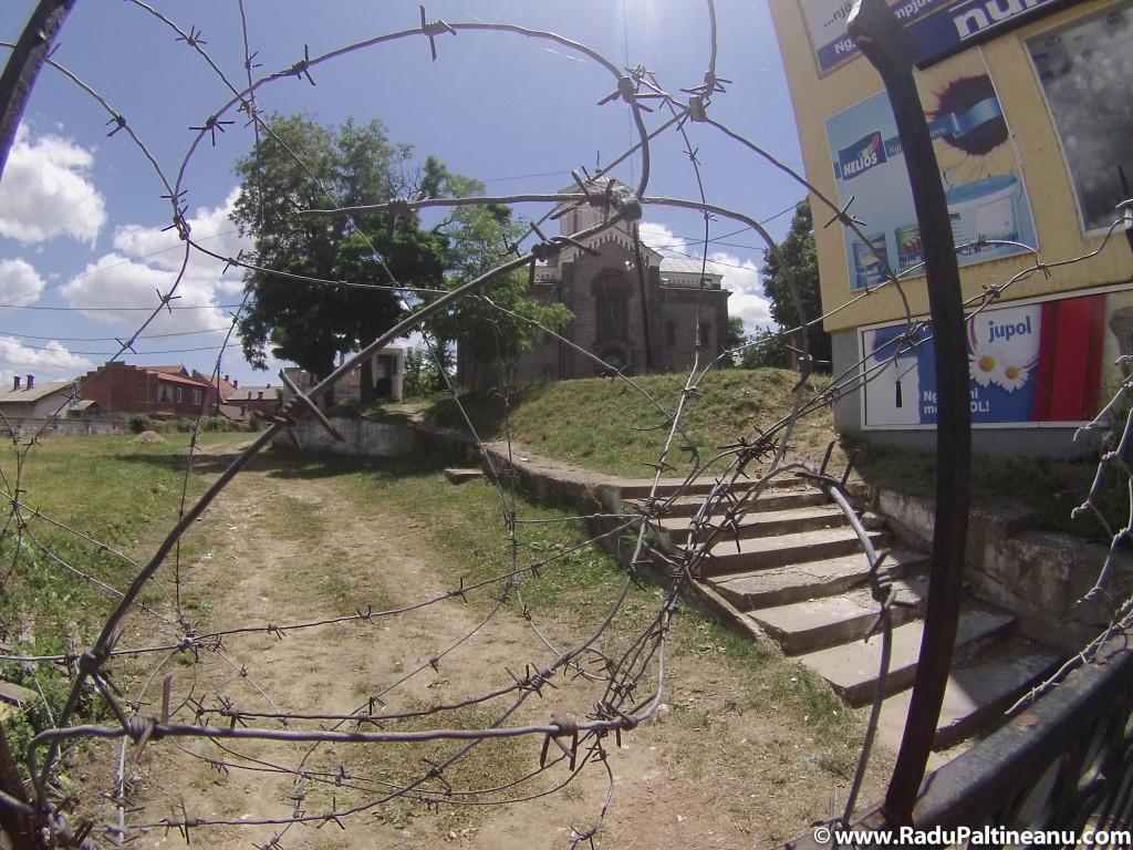 Biserica ortodoxă sârbească de pe malul albanez.