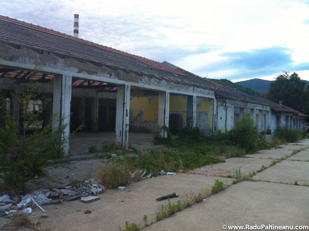 Fostă cazarmă a armatei iugoslave, capturată în 1999 de armata franceză acum ea a fost abandonată și lăsată în paragină.