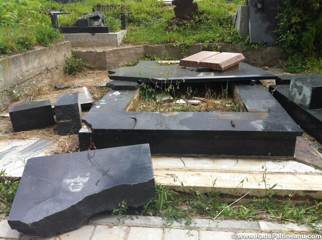 Întreg cimitirul sârbesc de pe malul albanez al Mitroviței a fost devastat.