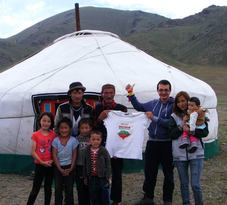 Susţinând campania Salvaţi Roşia Montană din Mongolia.