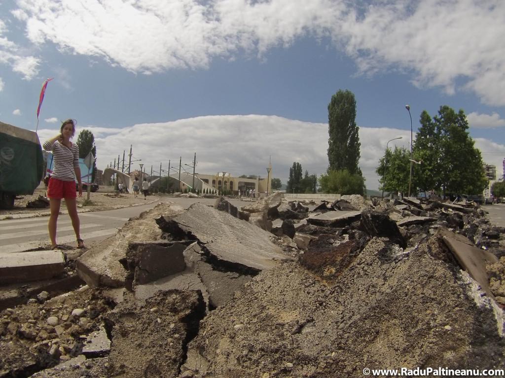 """În urma violențelor din luna iunie, sârbii au decis să construiască un """"parc al păcii"""" pe partea de pod ce le revine."""