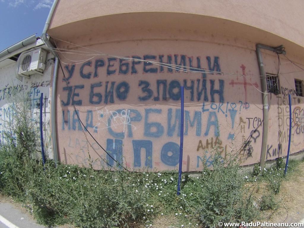 """""""În Srebrenița s-a comis o crimă împotriva Serbiei."""" Mulți sârbi cred că Srebrenița a fost o capcană întinsă armatei sârbe din Bosnia, iar astfel de graffitiuri neagă crima comisă în 1995 de armata sârbă."""
