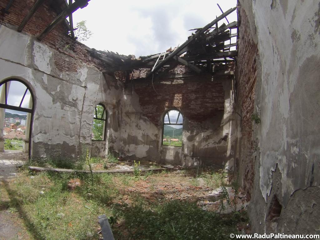 Capela unde odinioară se oficiau slujbele de înmormântare din cimitirul sârbesc, a fost mai întâi devastată, mai apoi arsă și într-un final lăsată în paragină.