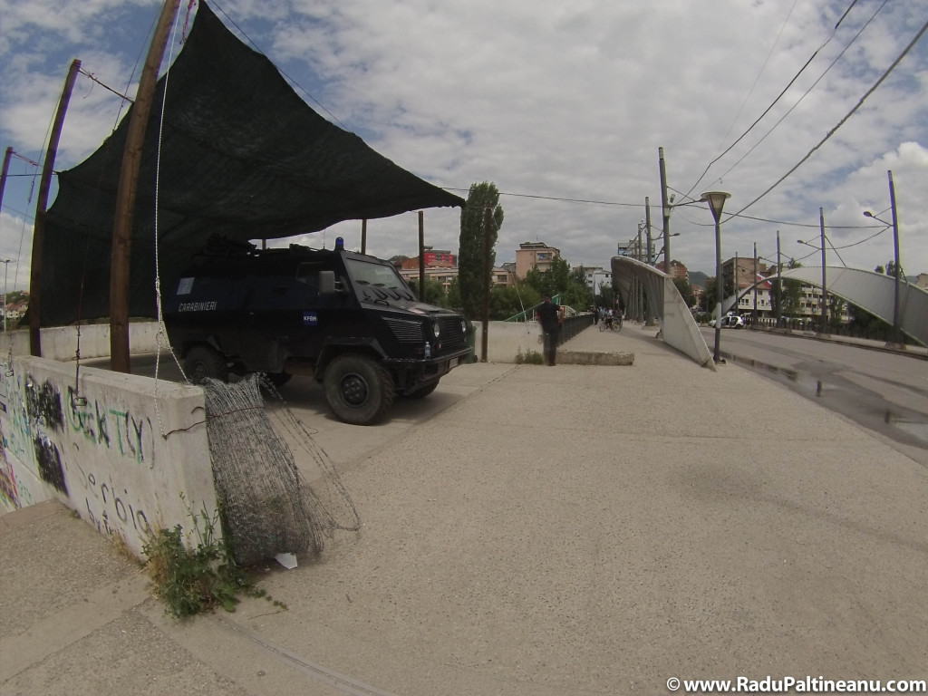 Podul din Mitrovița, simbol al diviziunii etnice este păzit în permanență de către forțele de menținere a păcii.