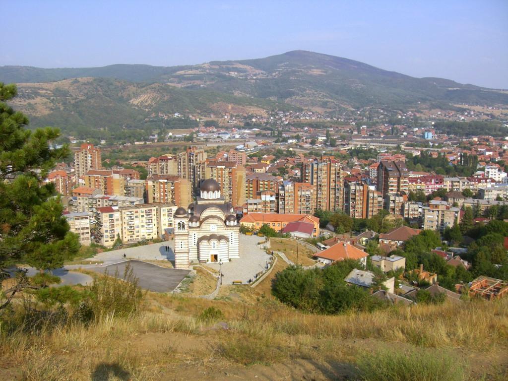 Mitrovița văzută de pe dealul minerilor, situat pe partea sârbească. (Sursa: http://photoskosovo.free.fr)